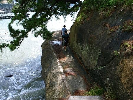 隣は直ぐに海になっている堂ヶ島天窓洞の遊歩道