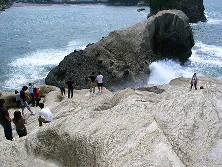 堂ヶ島天窓洞公園の亀岩と人々