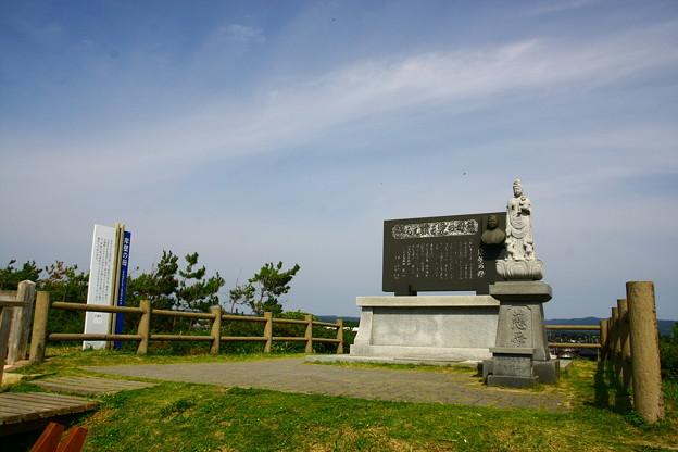 岸壁の母の碑