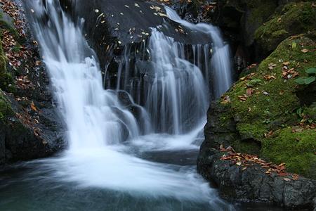 小さい滝の秋