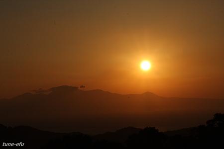 雲仙眉山に昇る朝日