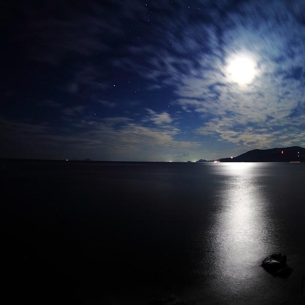 写真: 月光夜海