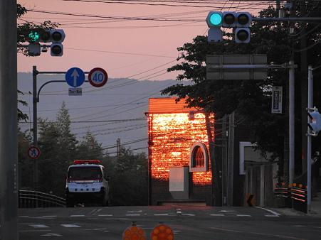 日の出で燃えるタイルの外壁