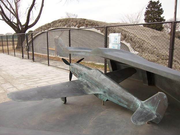 飛燕のモニュメントと掩体壕