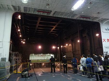 091024-ひゅうが 格納庫から船首リフター (33)