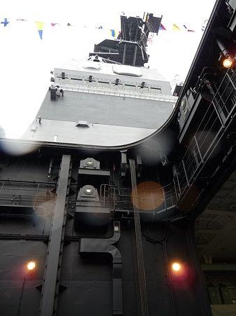 091024-ひゅうが 船首リフターに乗る (2)