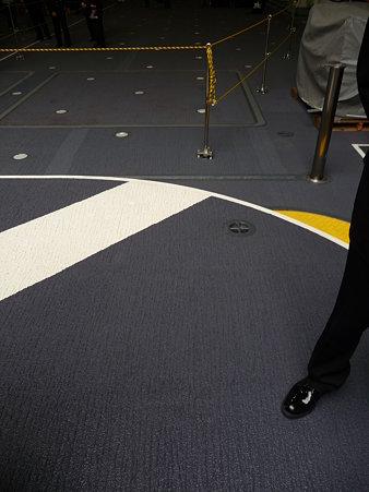 091024-ひゅうが 船首リフターに乗る (7)