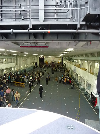 091024-ひゅうが 船首リフターに乗る (11)