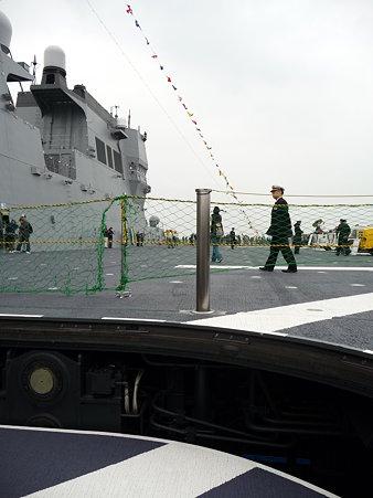 091024-ひゅうが 船首リフターに乗る (16)