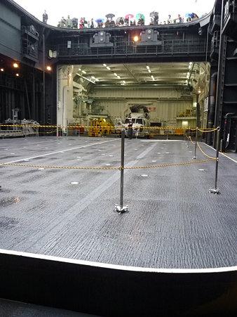 091024-ひゅうが 格納庫から船尾リフター (2)