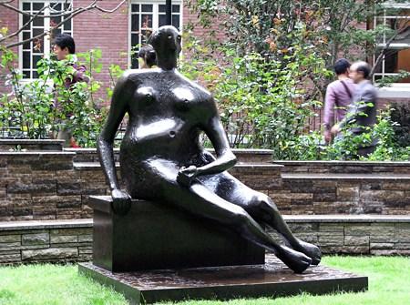 2009.10.03 腰かける女 1957 ヘンリー・ムーア