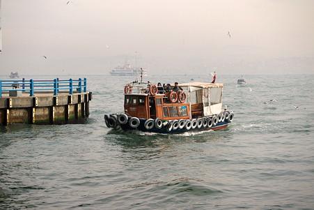 2011.01.28 トルコ イスタンブル ボスフォラス海峡クルーズ-ガラタ橋の下ですれ違う渡し船