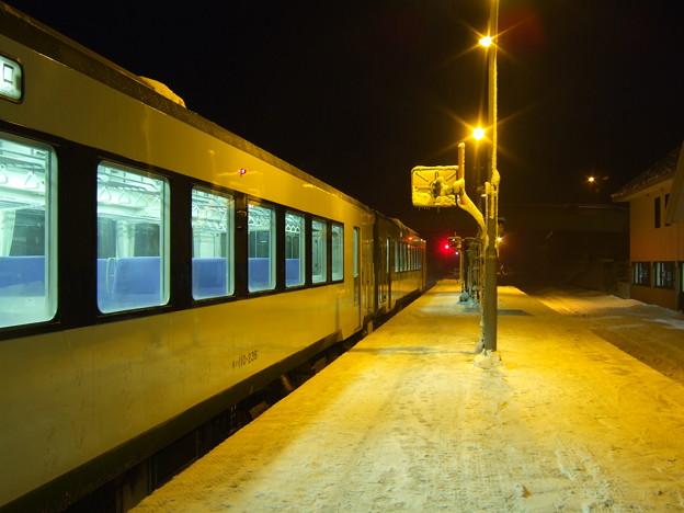 雪国の駅と明かりのぬくもり