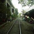 バンコク 市民の生活は線路上にも
