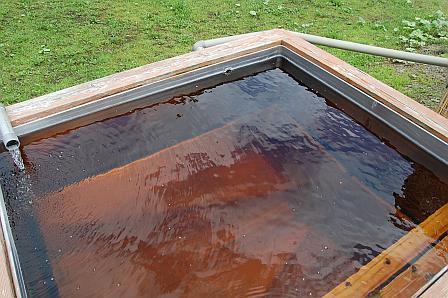 ぬるめの浴槽は、ステンレス製の湯船