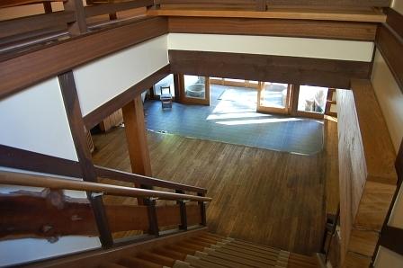 階段から玄関を望む