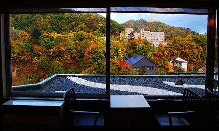 錦秋の風景(ロビーから望む)
