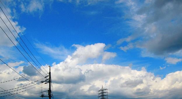 秋の空に夏雲