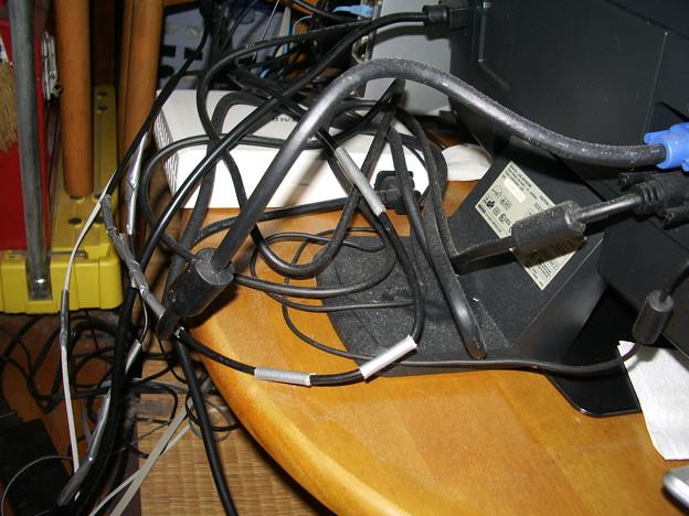 ワブに齧られた電気コード類を銀色のガムテープで補修(wabu0340)