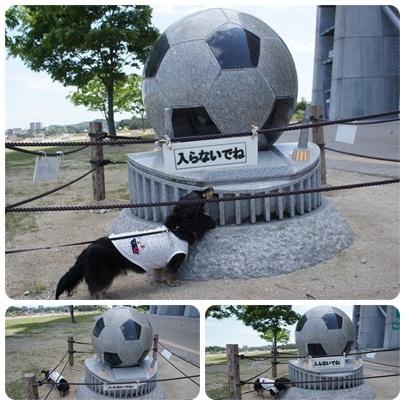 20120512 MAROとサッカーボール像